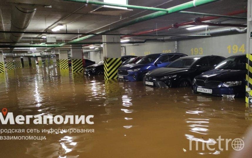 Так выглядел паркинг, когда уровень воды только начинал подниматься. Фото https://vk.com/spb_today
