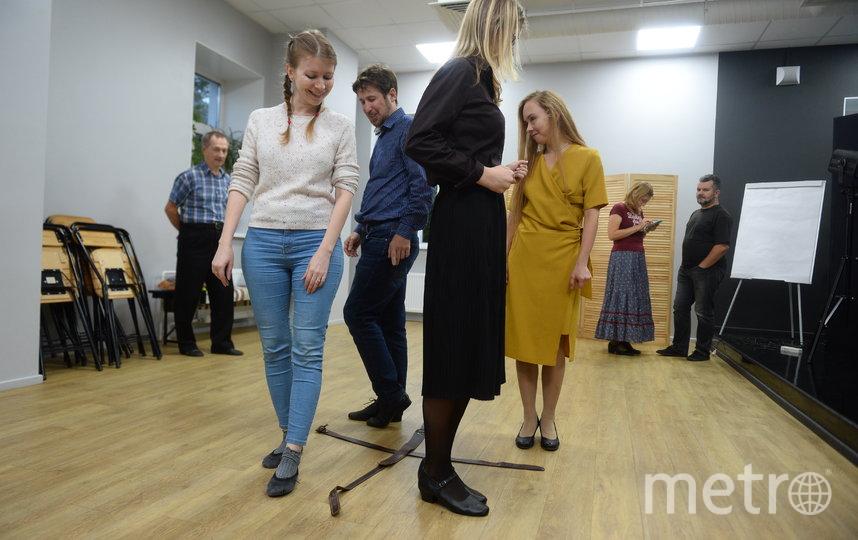 """Элемент танца """"Толкачики"""". Участники должны синхронно перемещаться по уголкам импровизированного креста. Фото Святослав Акимов, """"Metro"""""""