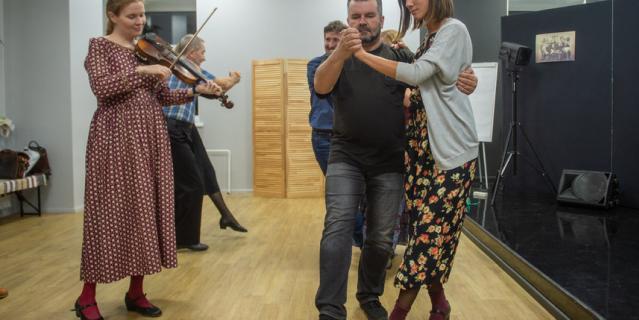 Занятия русскими танцами проходят под живую музыку.