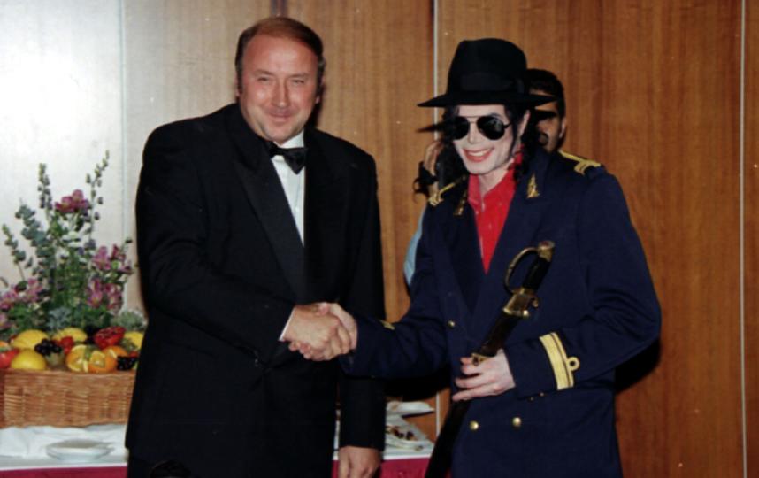 Александр Коржаков вручает Майклу Джексону печально знаменитую саблю. Фото Александр Неменов | ТАСС