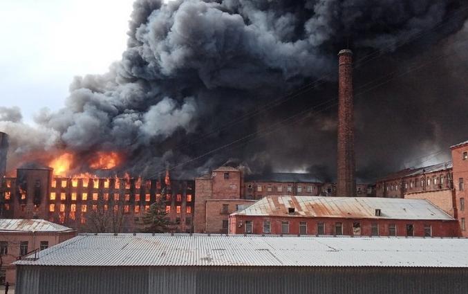 """""""Невская мануфактура"""" сгорела 12 апреля 2021 года. Фото https://vk.com/spb_today"""