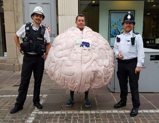 Британец собрался пробежать марафон в костюме мозга. Фото Скриншот Twitter @@townpoliceunit.