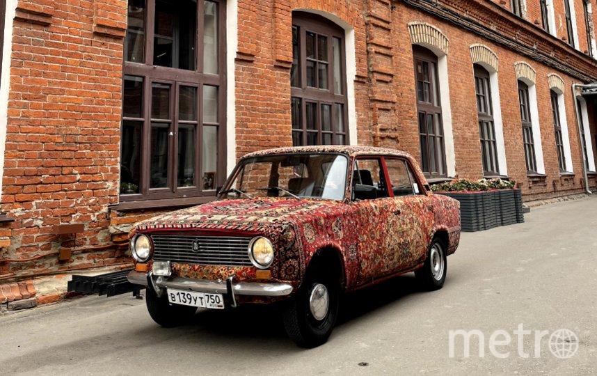 Модернизация «Жигули-2101» обошлась Георгию в 20 тысяч рублей – это общая стоимость подержанных ковров и клея. Фото Владислав Михеев