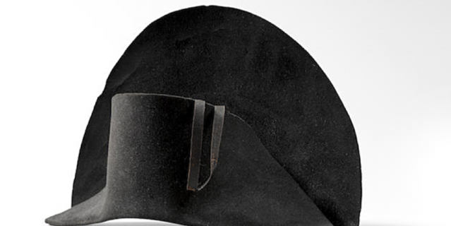 Та самая шляпа, которую выставили на торги.