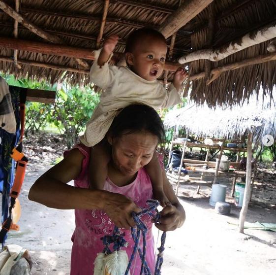 Надя – 31–летняя мать троих детей и жена главы деревни. С ней подружилась Елена. Фото Instagram: @fenka_ne_v_dyxe