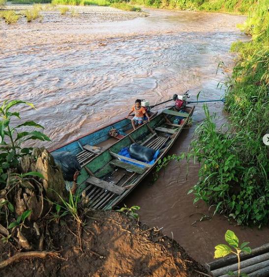 Лодки – главный транспорт для деревень Амазонии, а река – и божество, и дорога одновременно. Фото Instagram: @fenka_ne_v_dyxe