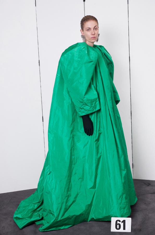 """Зелёный кетцаль в коллекции Balenciaga. Фото """"Metro"""""""