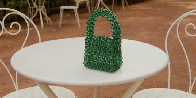 Миниатюрные сумочки из бисера – полностью ручная работа.