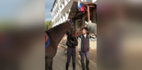 Петербурженки приехали к избирательному участку верхом на лошадях