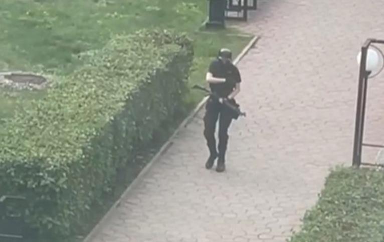 Молодой человек начал стрелять еще на улице. Фото Скриншот видео: https://vk.com/podslushanoperm