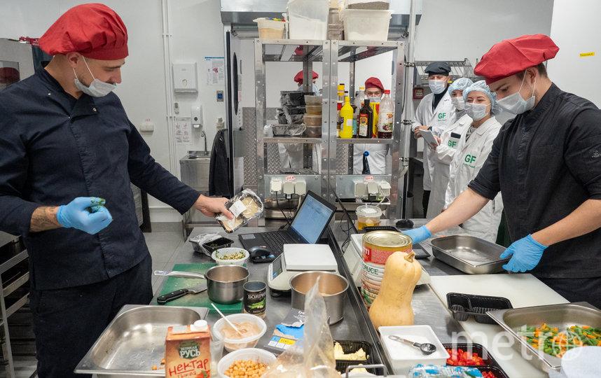 """В отдельном помещении работает команда сушефов. Они придумывают новые блюда для меню Grow Food. Фото Святослав Акимов, """"Metro"""""""