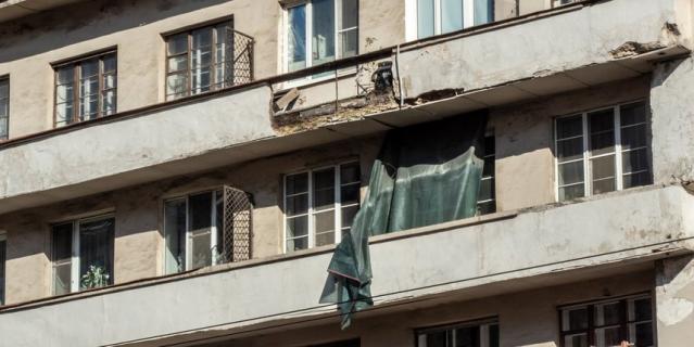 На тротуар рухнул элемент балкона.