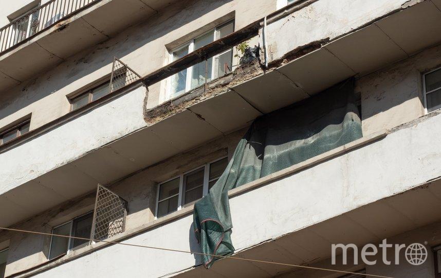"На тротуар рухнул элемент балкона. Фото Святослав Акимов, ""Metro"""
