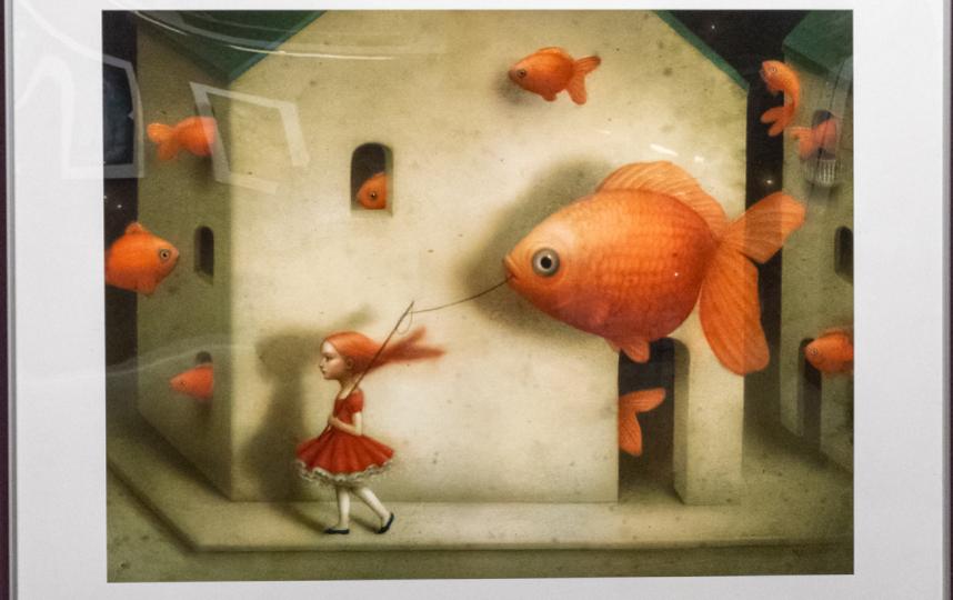 """Героиня этой иллюстрации выгуливает золотую рыбку на """"поводке"""". Фото Святослав Акимов, """"Metro"""""""
