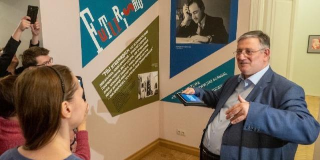 На первой арт-медиации в Михайловском дворце посетители расшифровывали работы футуристов.