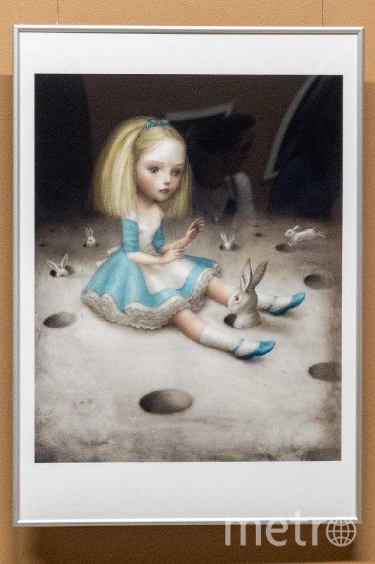 """На картине """"Поймай меня если сможешь"""" девочка будто сидит на луне. Фото Святослав Акимов, """"Metro"""""""