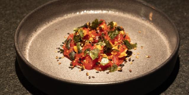 Тартар из телятины в соусе кимчи с фундуком и ферментированным чесноком.