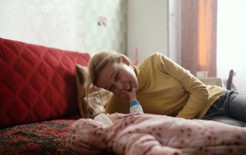 """Юная Вика (Анастасия Струкова) учится быть мамой. Фото """"СППР"""" 18+"""