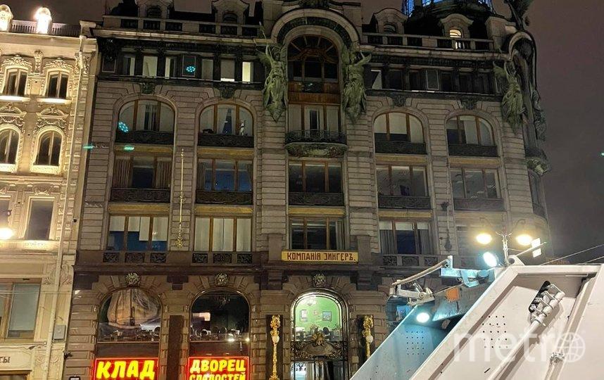 Ранее петербуржцы возмутились яркой вывеской нового магазина в Доме Зингера. Фото facebook.com/groups/05Uglov.