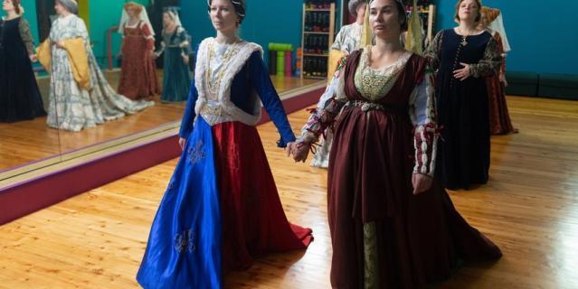 """Лилии на платье """"намекают на французское происхождение."""