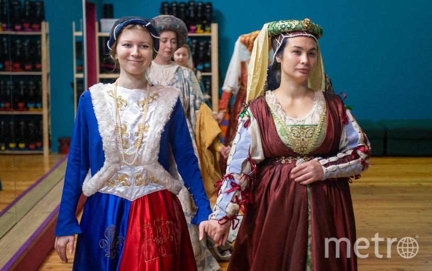 """Лилии на платье """"намекают"""" на французское происхождение. Фото Святослав Акимов, """"Metro"""""""