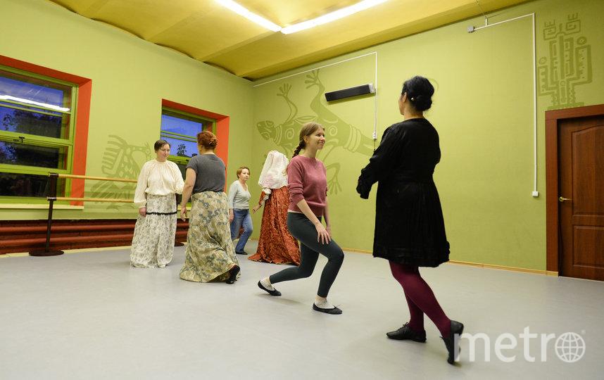 """Отрабатываем поклоны. Они в танце встречаются постоянно. Фото Святослав Акимов, """"Metro"""""""
