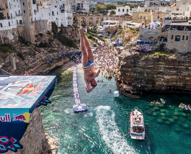 """Артём Сильченко вошёл в историю клифф-дайвинга как автор самого сложного прыжка с так называемым """"слепым"""" входом в воду. Мужская платформа установлена на высоте 27 метров, женская – на высоте 21 метр. Фото redbullcontentpool"""