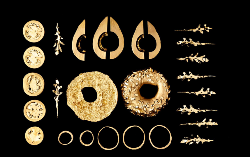 """Бенгель отсканировал на 3D-принтере пять ломтиков авокадо, кружки помидоров и луковые кольца, 10 листьев руколы и две половинки бейгла. Затем он отлил каждую деталь из 18-каратного золота и собрал """"бутерброд"""". Фото Тим Бенгель."""
