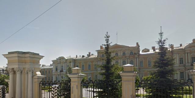 В центре Петербурга вручную разбирают флигель Воронцовского дворца.