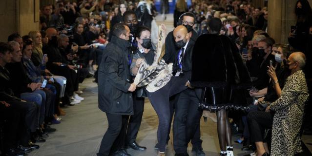 Активисты движения Amis de la Terre France попытались сорвать показ Louis Vuitton.