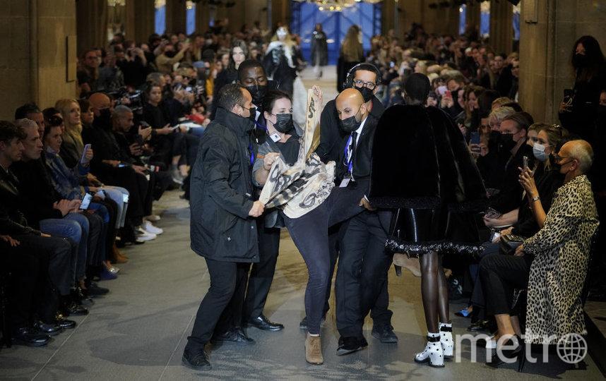 Активисты движения Amis de la Terre France попытались сорвать показ Louis Vuitton. Фото Getty