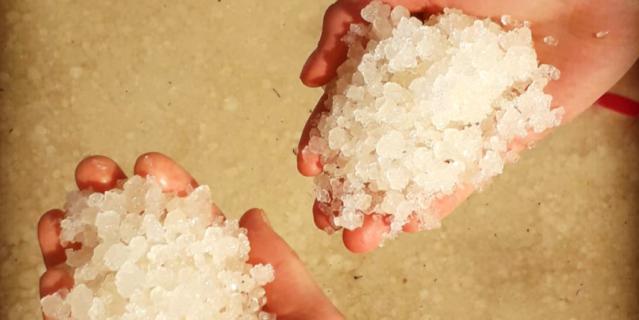 В Мёртвом море нельзя плавать, только лежать на спине. На фото – морская соль.