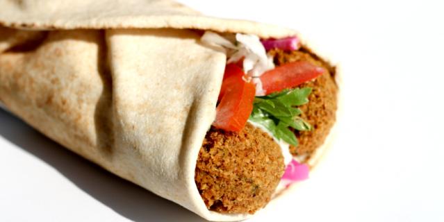 Фалафель (жаренные во фритюре шарики из измельчённых бобовых с добавлением пряностей) считается одним из самых известных блюд израильской кухни.