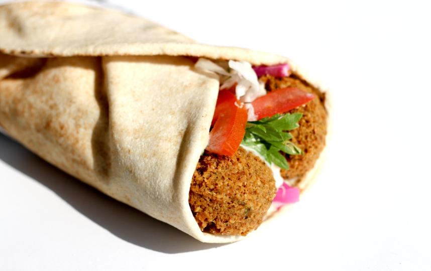 Фалафель (жаренные во фритюре шарики из измельчённых бобовых с добавлением пряностей) считается одним из самых известных блюд израильской кухни. Фото pixabay