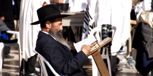 У иудаизма несколько течений. Представители каждого из них носят определённую шляпу поверх традиционной кипы.