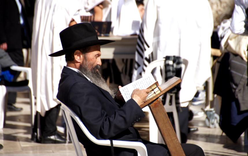 У иудаизма несколько течений. Представители каждого из них носят определённую шляпу поверх традиционной кипы. Фото pixabay