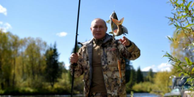 Отпуск в Сибирском федеральном округе. Президент рыбачит.