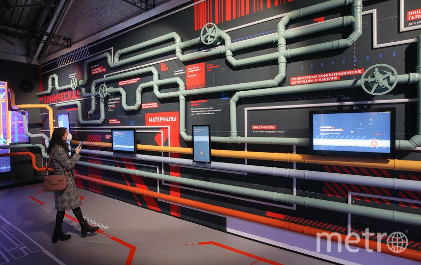 В пространстве между «Офисом» и «Парком» можно узнать, как и из чего делают трубы. Фото Василий Кузьмичёнок