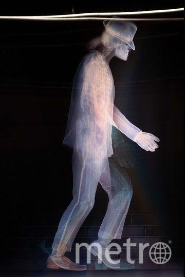 "Благодаря лентикулярному пластику удалось воспроизвести на снимке лунную походку Майкла Джексона. Фото Святослав Акимов, ""Metro"""