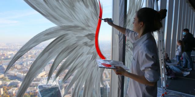 Сначала Анастасия нарисовала крылья белыми, потом разукрасила их всеми цветами радуги.