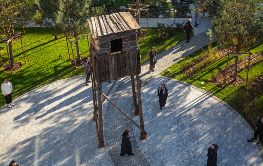 В Саду памяти установили вышку, которая располагалась в одном из лагерей Магадана. Фото Эльвира Дзивалтовская