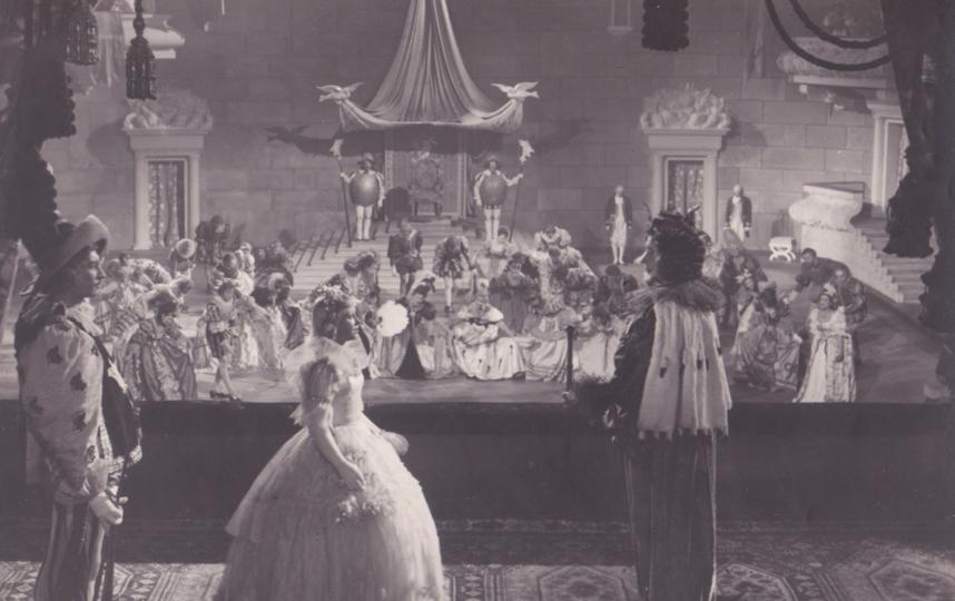 """Кадр из фильма """"Золушка"""". Сцена на балу: король встречает юную гостью. Фото Фото предоставлены киностудией """"Ленфильм""""."""