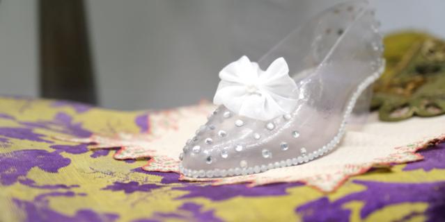 """""""Хрустальная"""" туфелька Золушки 31-го размера была сделана из пластика."""