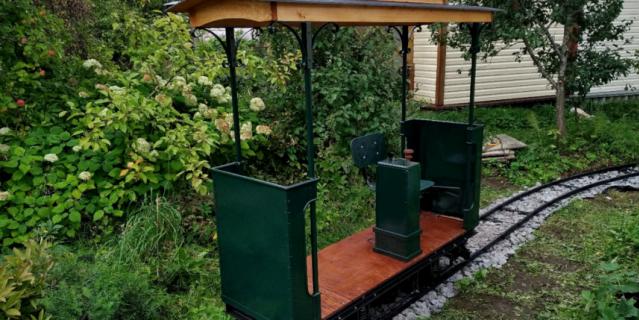 Кататься на трамвайчике приходят не только соседи, но и просто любители техники.