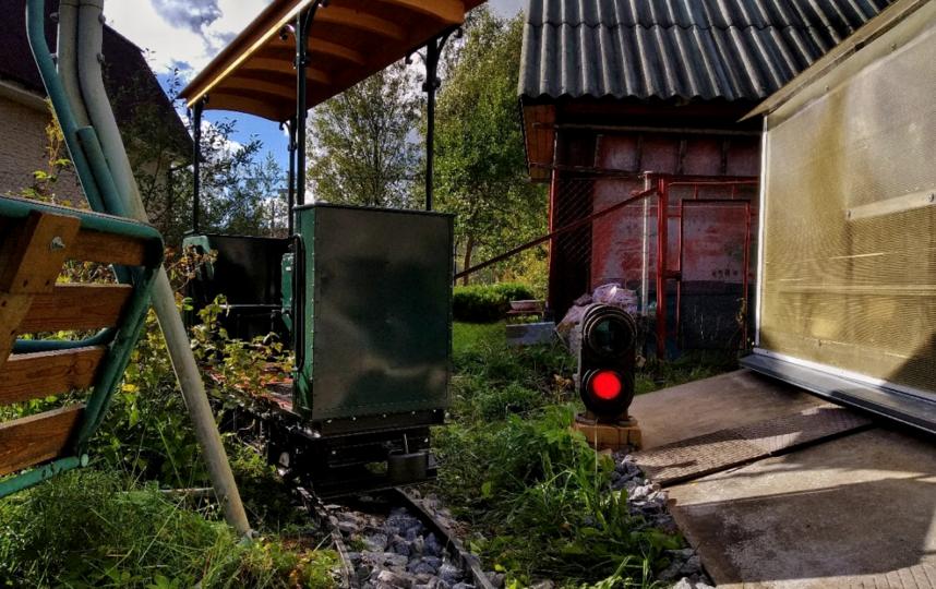 Кататься на трамвайчике приходят не только соседи, но и просто любители техники. Фото Фото из личного архива Владислава Иванова.