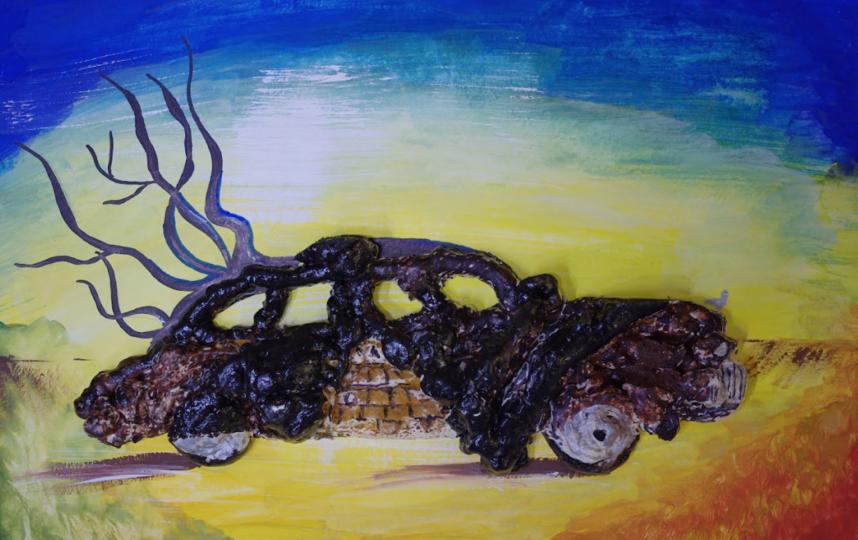"""Один «Одетый автомобиль» Сальвадора Дали от 9-летней Аллы Тер, которой папа помог идеей использовать в работе монтажную пену. Фото Предоставлено АНО """"Колесо обозрения""""."""