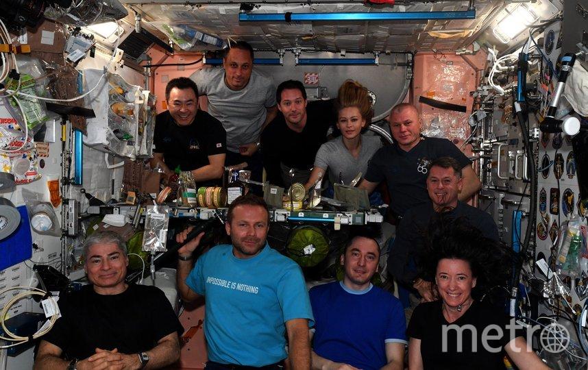 Съемочная группа поужинала с экипажем МКС. Фото Twitter: @Thom_astro