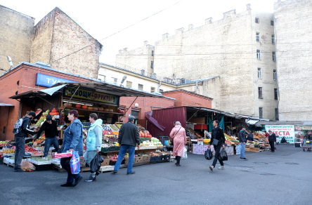 Считается, что на Сенном рынке продаются самые дешёвые овощи и фрукты.