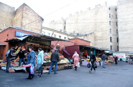 """Считается, что на Сенном рынке продаются самые дешёвые овощи и фрукты. Фото Алена Бобрович, """"Metro"""""""