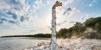 Гигантский кран выбрасывает мусор, чтобы привлечь внимание к пластиковым отходам